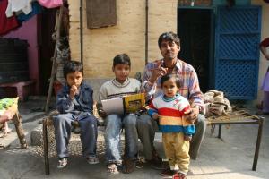 Rodzina siedząca na ulicy