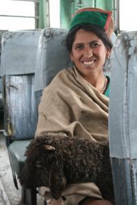 kobieta w drodze do wsi Chikul