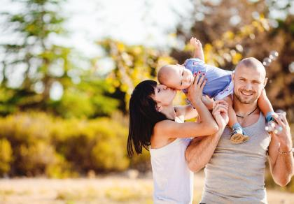 szczęśliwa rodzina z dzieckiem z in vitro