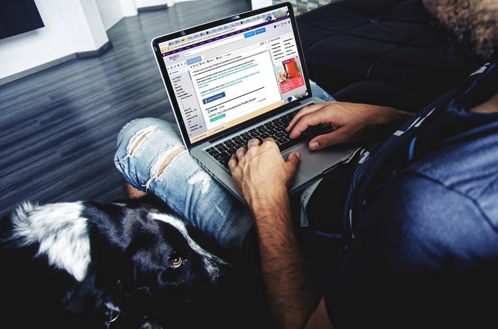 Trzymanie laptopa na kolanach a przegrzanie jąder