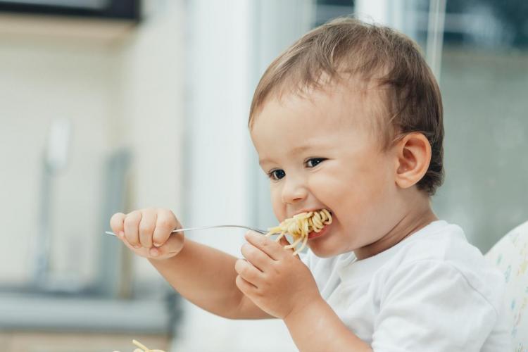 Zasady żywienia a intuicja matki: 60 proc. rodziców źle rozszerza dietę dziecka