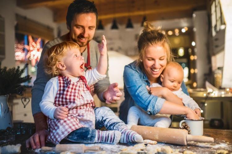 Ciężarna, matka karmiąca i niemowlak przy wigilijnym stole. Położna obala mity na temat świątecznego menu