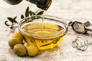 Oliwa z oliwek zawiera 12 mg witaminy E w 100 g