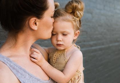Dotyk i pocałunki budują więź z dzieckiem
