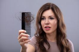 Wypadanie włosów po porodzie - co robić?