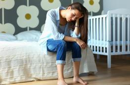 Młoda mam po porodzie i jej emocje